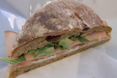 Jag åt en god smörgås med kalkon, avocado och ruccola.