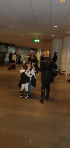 Mi rusade fram och kramade William när han äntligen kom. My (Williams barnvakt på resan) och William hade haft en bra resa och Mys mamma väntade också med oss.