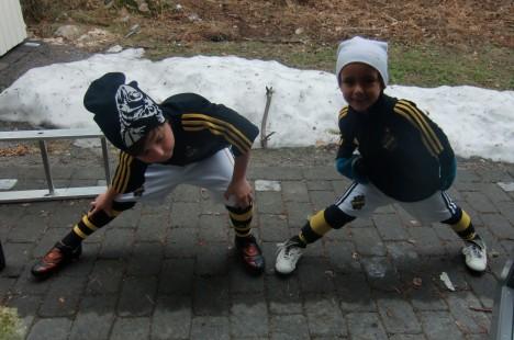 Väl hemma så åkte även Williams AIK-kläder på och det strechades innan de for ner till planen och spelade med Peter.