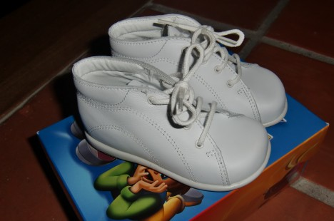 Kolla in de här skorna. Känner du igen dem? Tror de flesta av oss hade sådana här första Lära-sig-gåskor. Så ful-söta.