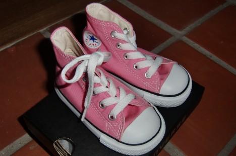Minns du hennes första rosa pyttesmå Converse? Nu kan vi matcha varandra även denna sommar med ett par i storlek större (jag har ju likadana)..