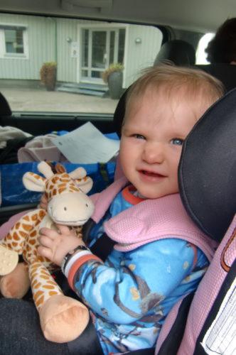 Livan är världsabäst på att åka bil. Hon sover, leker lite och äter. Inget gnäll alls.