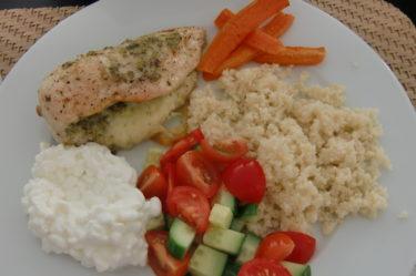 Gjorde kyckling med pesto och mozzarella i ugnen. Cous-cous, grönsaker och keso till blev väldigt gott. Bra att avrunda helgen med lite nyttig mat.