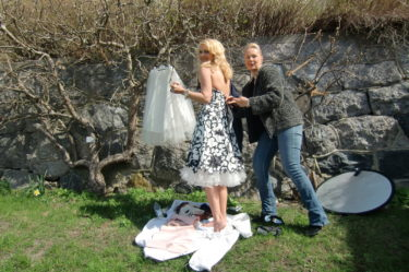 Fina stylist Ehva fixar och trixar med min klänning.
