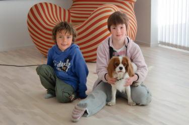 Mio passade på att leka med Fanny och hennes hund Cocco innan middagen.