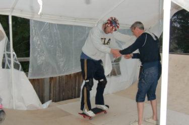 Peter fick med Jonas (rampbyggaren :-)) hjälp lära sig grunderna, hur han skulle få fart och åka på rampen.