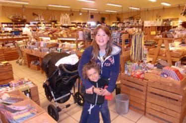 """Amanda och Mio på Lågprisladan där vi fyndade """"Foppisar"""" för 49 kr (över min döda kropp att jag köper ett par till mig själv, men barnen älskar dem)."""