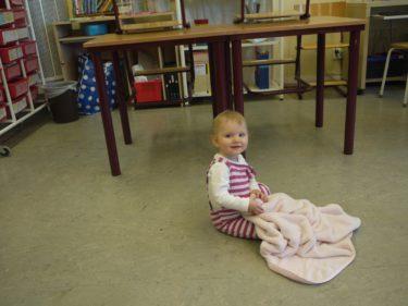 Liv städade golvet i klassrummet med sin filt och tuggade på suddigum.