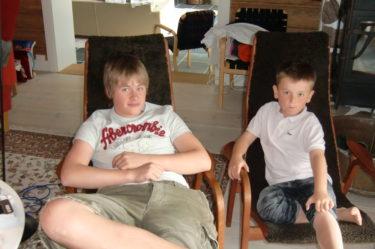 Tim och William titta på fotboll i väntan på middagen.