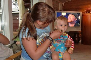 """Livan fick smaka på Amandas glass. Som du ser så var det """"Så ska det låta"""" som visades på tv och vi satt bänkade till."""