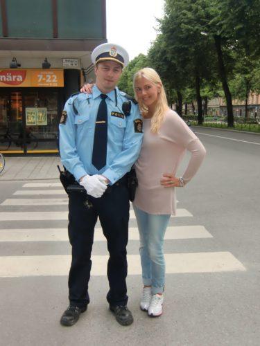 En trevlig polisman träffade vi på vår väg till hotellet. Vi åkte helt fel med tunnelbanan och han som körde kallade oss idioter i högtalarna för att vi för att Jessica fastnade med sin väska i tunnelbanedörren. Otrevlig typ och lite pinsamt!