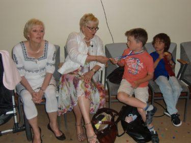 """här siter vi på hotellet där """"förkväll"""" spelas in och väntar.Barnen var med och även mammas vän Birgitta. Hon hjälper till med kyrkans tv-inspelningar och följde med för att se hur det funkar."""