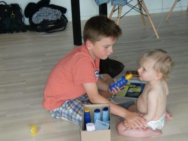 Godhjärtade William hjälpte till och smorde in Livis med solskyddskräm.