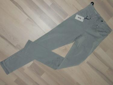 Peter var så godhjärtad och köpte mina jeans på rean. Skön att slippa fara in till stan. Snygga va? de ser ut som leggings men de är vanliga jeans i ljus grått.
