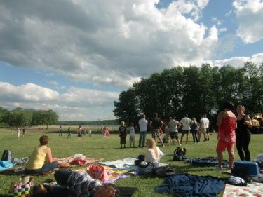 Vi hade picknick i gräset vid vattenbrynet.