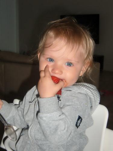 Till kvällsmat åt Liv jordgubbar som hon älskar. Riktiga Belgien Blue-gubbar, stora som äpplen.