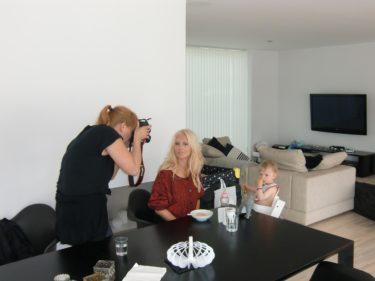 Fotograf Linda tog några bilder behind the scenes när jag matade Liv.
