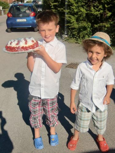 Mina två älskade pojkar på väg till skolavslutningen.