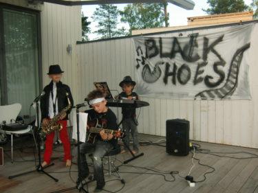 gruppnamnet kan lätt misstolkas men S:et är även en saxofon så det står inte Black Hoes! :-)