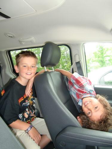 Pojkarnas tålamod när vi väntade i bilen på Peter var ungefär som mitt med golfen.
