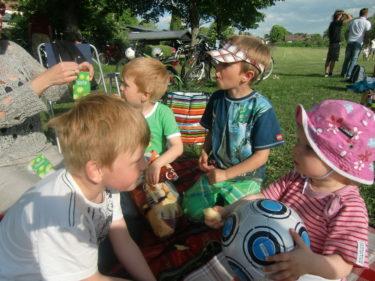 Liv piggande till när Alex, Gurra och Erik gav henne uppmärksamhet. Hon hittade en fotboll som hon vägrade släppa.