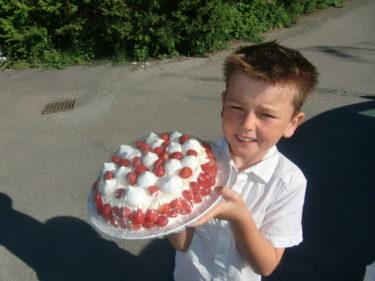 Trodde först att en av mammorna skojade när hon frågade vad jag hade för hemöigt recept för min tårta var så god. Du kan inte anan vad glad jag blev och William blev stolt. För dig kan jag avslöja att det bara var Önos jordgubbssylt och Ekströms vaniljkräm som låg bakom smaken :-)