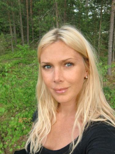 På väg genom skogen till mitt första möte med plastkungen. Skeptisk med sugen på paj.