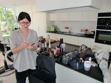 Linda är en fantastiskt make Up-artist. Här står hon och blandar min blekning till ögonbrynen.