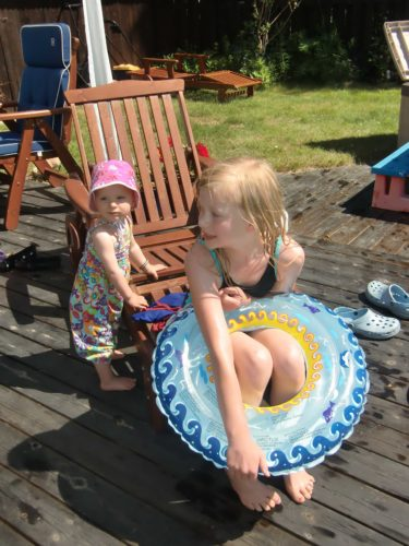 Min vän Jessicas dotter Alva-Leigh och Livan värmde sig i solen.