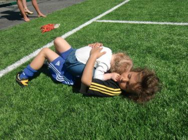 Det var inte bara jag som överöste Mio med pussar och kramar. Liv hade saknat honom så mycket att hon lade sig på honom och kramade honom länge i gräset.