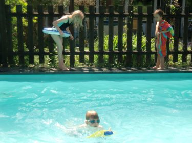Barnen badade trots att det var iskallt i poolen. Jag skyllde på Liv och slapp hoppa i.
