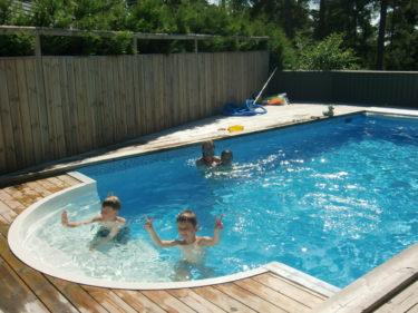 eftera att ha handlat allt inför vår fest så bjöd Ann-Charlotte in oss på bad i deras pool. Så skönt att få svalka sig i värmen.