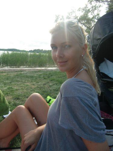 Solen började gömma sig bakom träden. Peter kom till min undsättning och jag kunde vila mina ögon.
