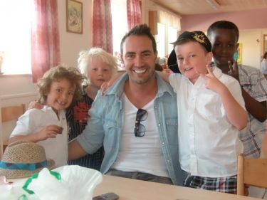 Mios pappa, Mio, William och deras kompisar Pelle och Ridwan.