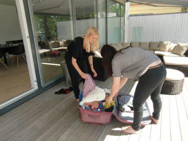 Stylisterna Louise och Patricia packar upp alla snygga kläder.