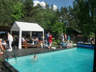 Det grillades hamburgare och barnen badade. Solen sken och vi hade det trevligt i trädgården.