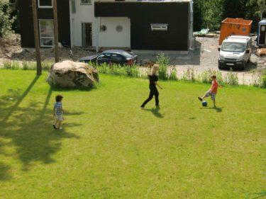 Louise förbarmade sig och spelade fotboll med pojkarna som tjatade om att ha fotbollsmatch med oss alla.