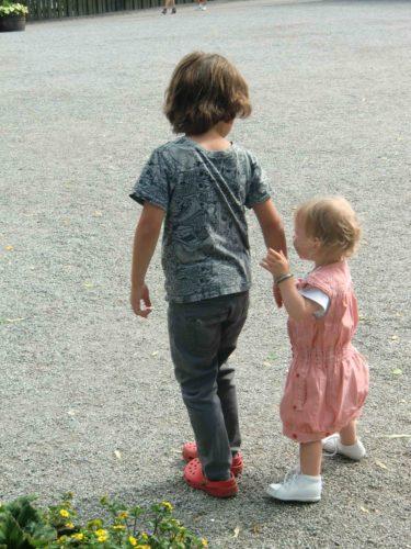 Vi åt lunch nere på byn, och i väntan på maten så tog Mio och Liv en promenad.