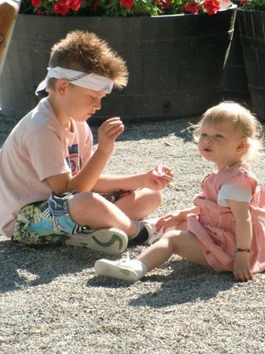 William, karate Kid; vakade över Liv så hon inte skulle äta smågrus. han ser inte helt road ut.