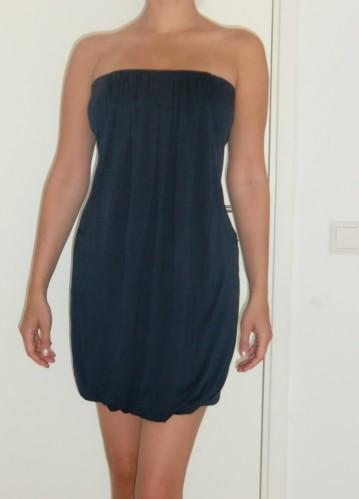 Marinblå, enkel klänning, perfekt till fest och vardag, beroendes på accsecoarer.