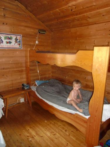 Pojkarna får sova skavfötters i underslafen för det finns inget skydd på överslafen. Otäckt om man skulle rulla ur den i sömnen.