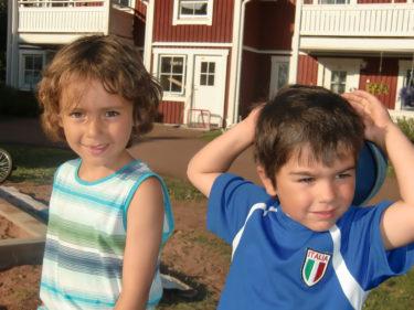 Gulligt att Leon är morbror till mina barn. Morbror Leon är så lik Mio, eller hur?