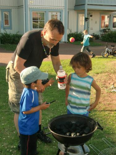 Pappa höll koll så att småpojkarna inte lekte med elden.