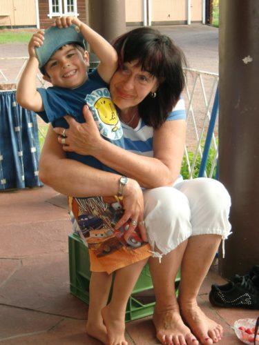 Efter att vi hämtat Peter i Mora så åt vi jordgubbar med glass och hembakade vaniljbullar hos Maries mamma Gudrun, här med lilla Leon.