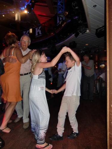 Kvällen fortsatte med styrdans. William och Alva-Leigh gled runt mellan paren på dansgolvet.