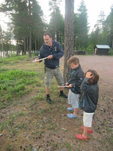 pappa och pojkarna täljer på sina spjut innan de begav sig ut i skogen för att leta björn. ifall en björn skulle attackera så behövde de kunna försvara sig. Har sagt till pojkarna att de lurar björn överallt i trollskogarna :-)