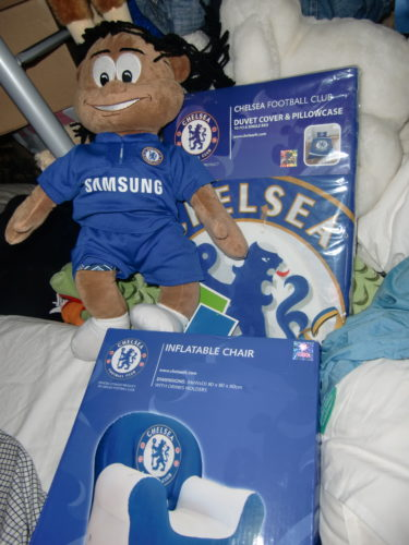 Chelsea är laget som gäller (förrutom AIK) för William. Så en fåtölj, lakan och Drogba-gubbe var några av presenterna.