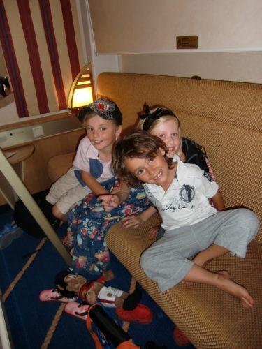 Här har vi precis installerat oss i vår hytt på båten. Knappt att det får kallas hytt, kändes mer som en liten garderob. Men vi trängde ihop oss alla fem.