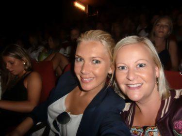Vi var nog äldst av alla på hela biografen men fnittrade som två tonårstjejer.
