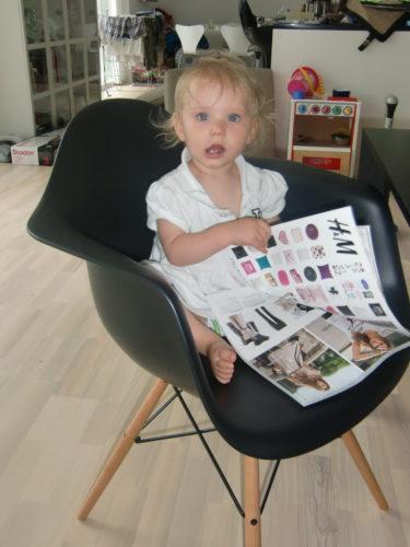 Liv blev tagen på bar gärning när hon satt och bläddrade i nya H&M-katalogen. Hon blir nog som mig och kommer sitta och kryssa för och vika öron i framtiden.